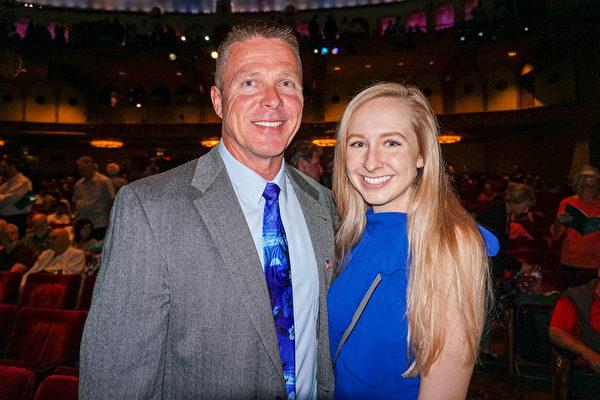 商業數位安全系統公司總裁Glenn Kelly先生和女兒Paige Kelly在鳳凰城奧芬劇院觀看神韻
