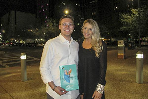 舞蹈演員Ashley Vest與男友Jacob Rak在鳳凰城奧芬劇院觀看神韻