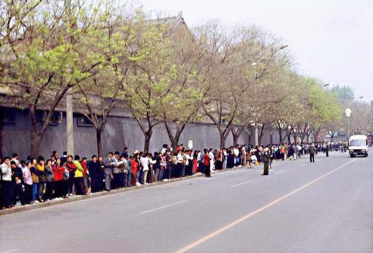 逾万名法轮功学员到北京的国务院信访办公室上访(1999.4.25)(明慧网图片
